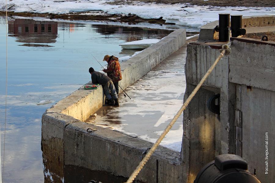Рыбаки на причале Городца