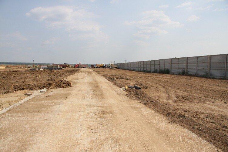 Забор внешнего периметра и дорога вдоль него