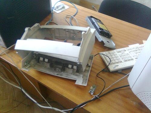Разбираю принтер - на один стол не поместилось