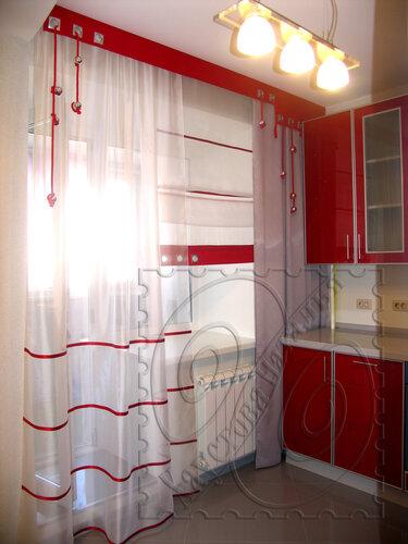 Дизайн кухонного окна с балконной дверью..