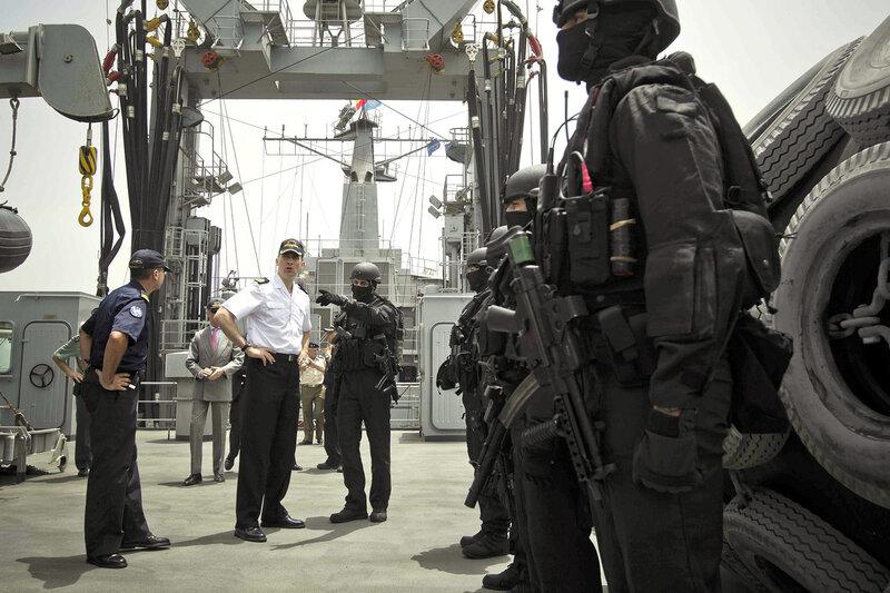 INT14. YIBUTI, 21/3/2012. El príncipe Felipe recibe hoy, 21 de marzo de 2012, explicaciones de uno de los miembros de la Unidad de Guerra Naval Especial (UGNE), a bordo del buque de aprovisionamiento de combate