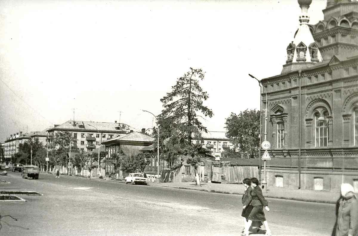 Вид улицы Екатерининская в районе Феодосиевской церкви