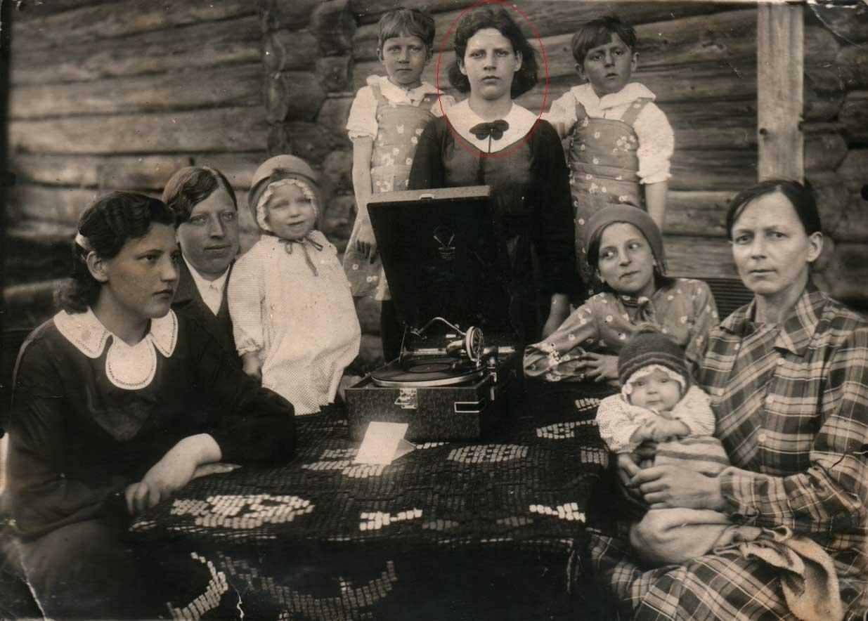 1930. Семья Голубевых из деревни Резанка