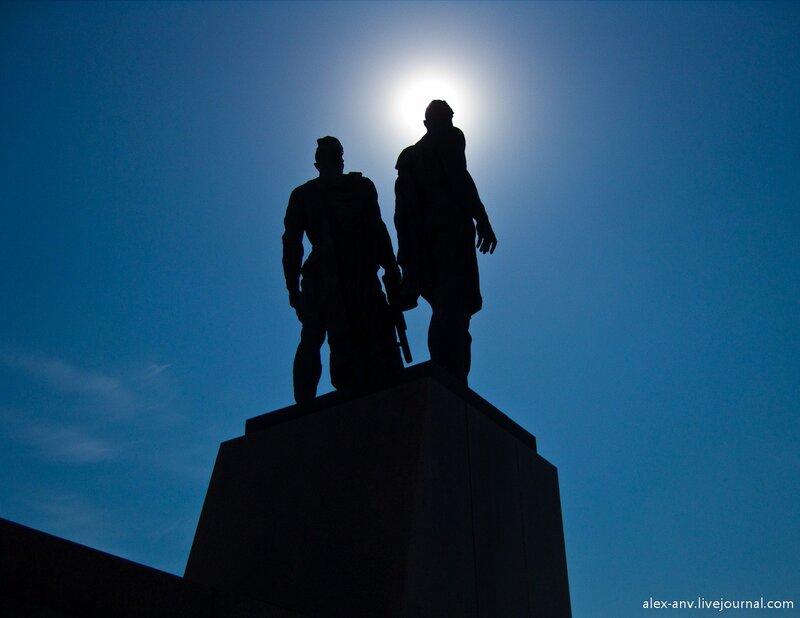 Скульптурная группа Солдат и Рабочий у подножия стелы.