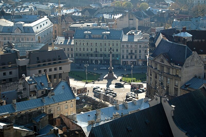 Вид с львовской ратуши на памятник Адаму Мицкевичу