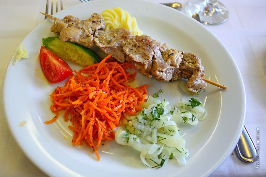 Шашлык из свинины, соус острый «Шашлычный», салат, морковь «По-корейски», свежие помидоры и огурцы, лук репчатый маринованный, картофельное пюре