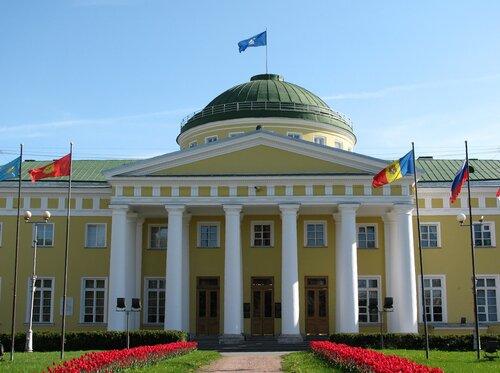 Таврический дворец был построен в период с 1783 по 1789 год по проекту архитектора И. Е. Старова по указанию...
