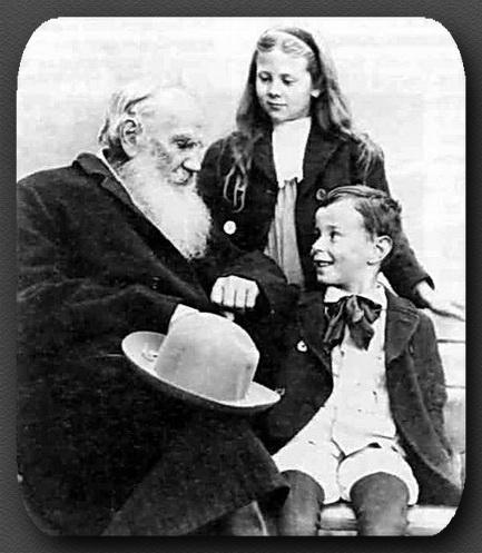 Л.Н.Толстой с внуками на станции