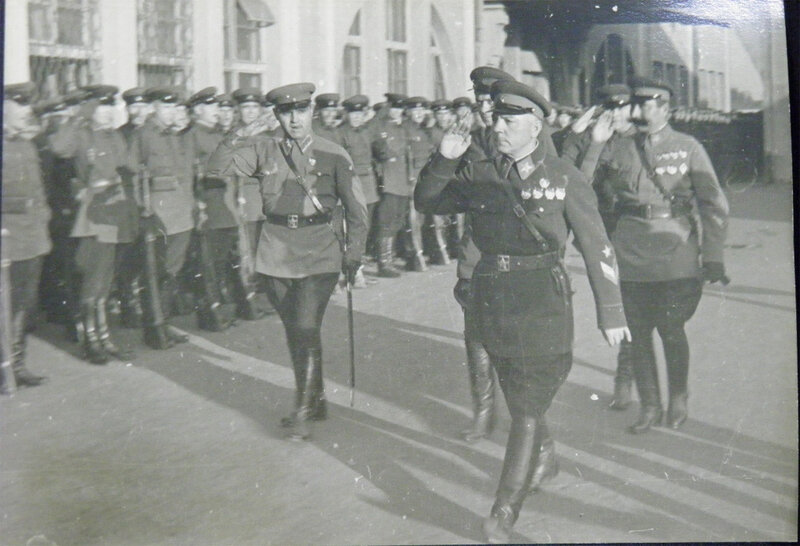 Маршалы Ворошилов и Будённый на перроне киевского вокзала, 1935 год.