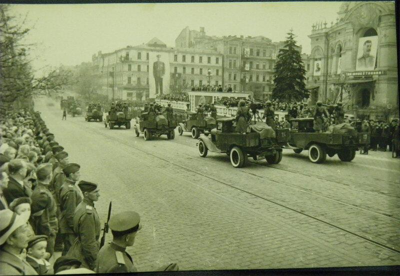 Военный парад 1 мая 1945 года. Едут женские расчёты пулеметов ДШК установленные на