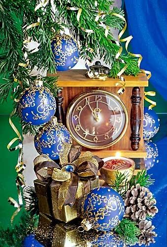 С Новым годом! Часы, подарок, голубые шары