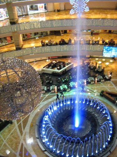 Искуственный гейзер в торговом центре Афимолл