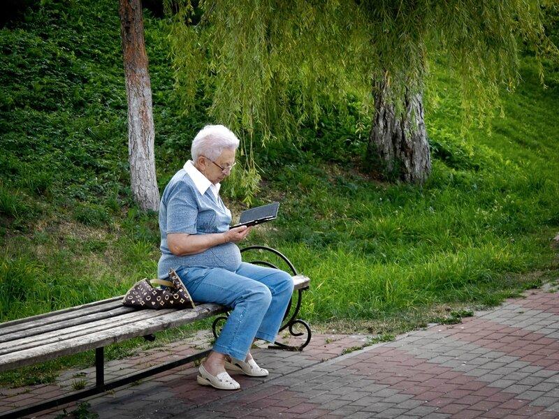 Бабушка с книгй в парке
