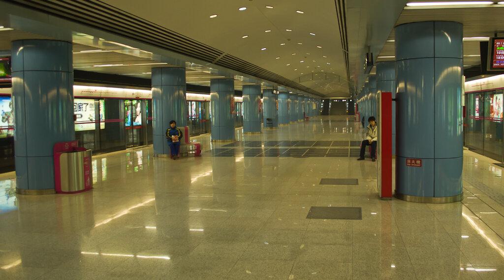 Фото. Отдых в Китае самостоятельно. Из аэропорта Пекина в центр и обратно удобно добираться на метро. Станция Dongsi. Все снимки в отчете сняты на зеркальную камеру Nikon D5100 KIT 18-55.