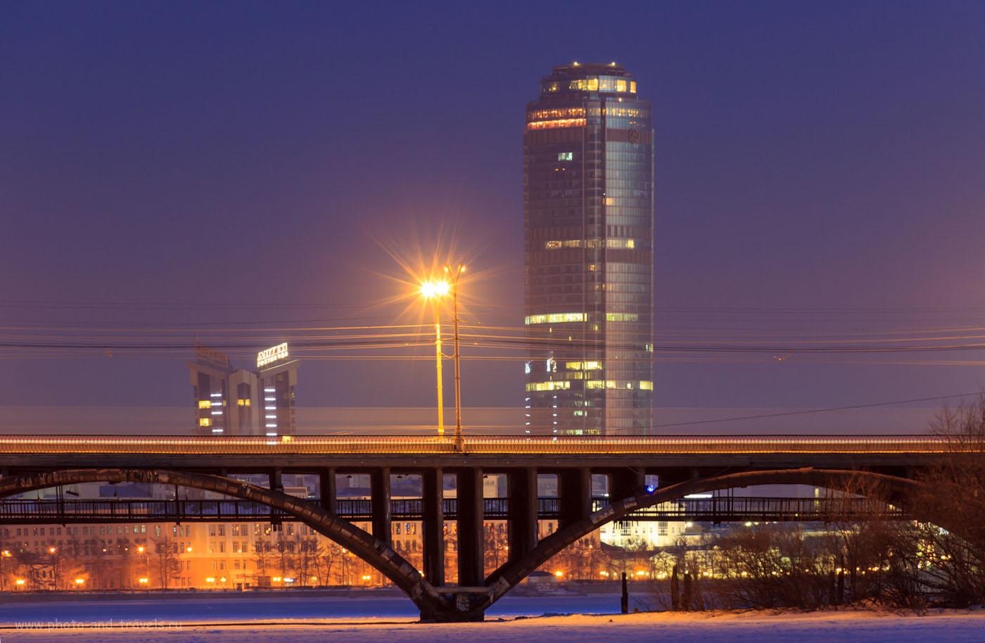 Фотография 43. Чтобы ночной пейзаж на Canon EOS 600D получился резким, его следует установить на штатив. Обратите внимание, как использовать телевик для съемки пейзажа: до моста 500 метров, до небоскреба – пара километров. Перспектива сжалась, показан масштаб здания. 8 секунд, 0, f/9.0, 200, 135.