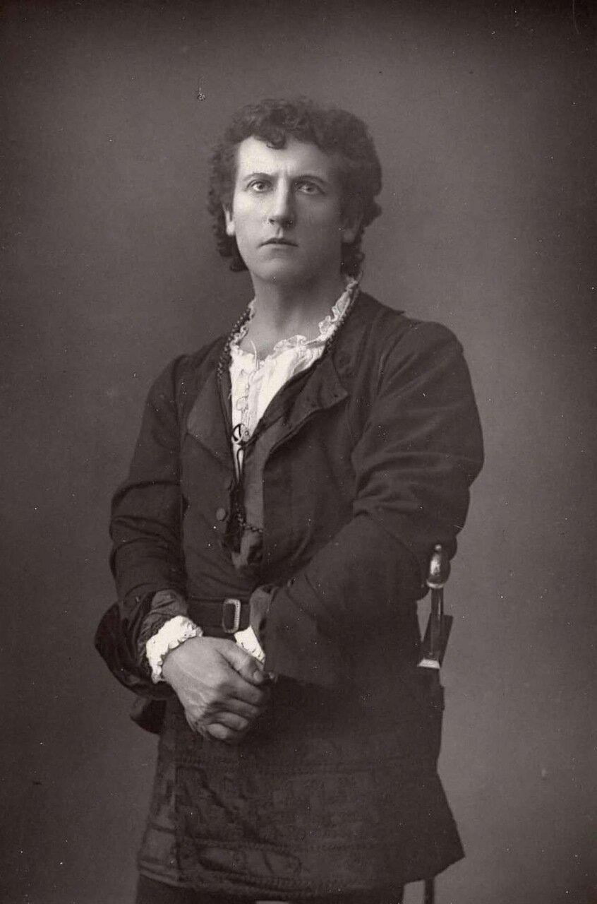 Уилсон Барретт. 1846-1904. Британский актер, режиссер и драматург. Здесь он позирует в роли Меркуцио в Ромео и Джульетте