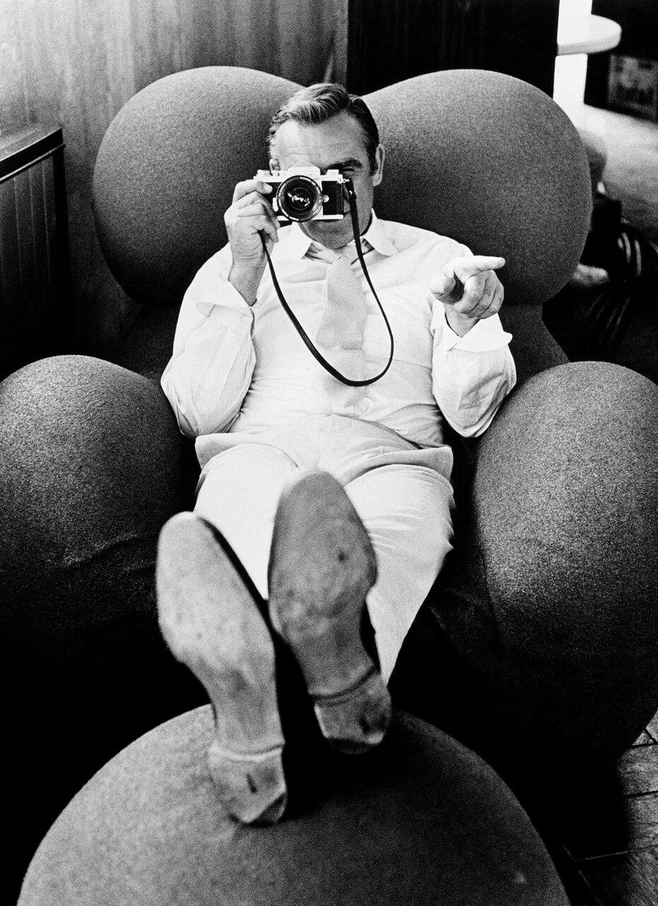 1971. Шон Коннери с фотоаппаратом на съемках фильма «Бриллианты вечны», Лас-Вегас