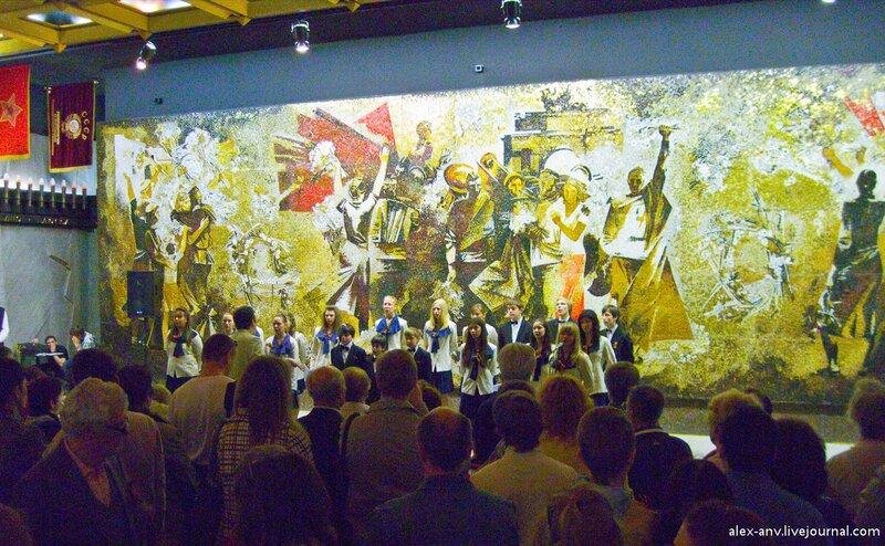 Напротив мозаики Блокада расположена такая же огромная мозаика Победа. Под ней как раз проводили праздничный концерт.