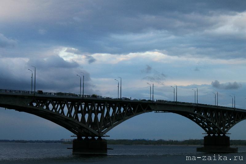У знаменитого моста через Волгу, Саратов, 27 мая 2011 года.