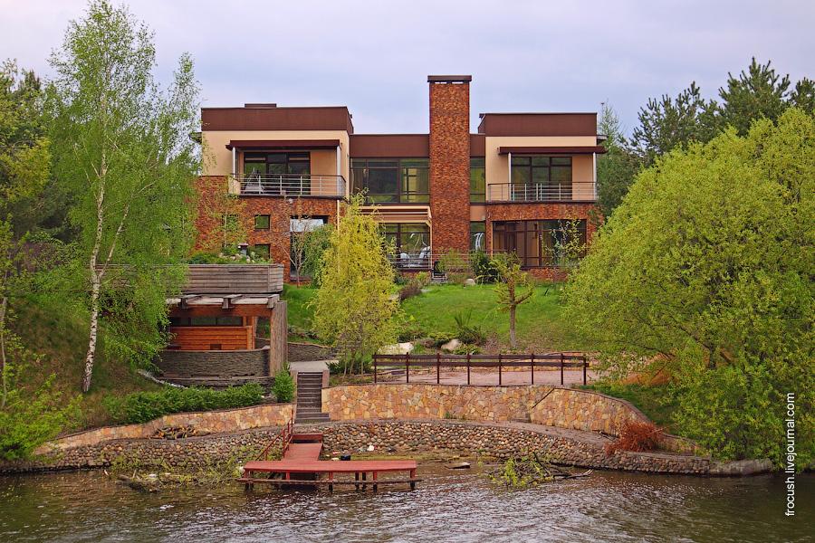 укрепленный бетоном и камнями левый берег Москвы-реки в районе коттеджного поселка «Белый берег»