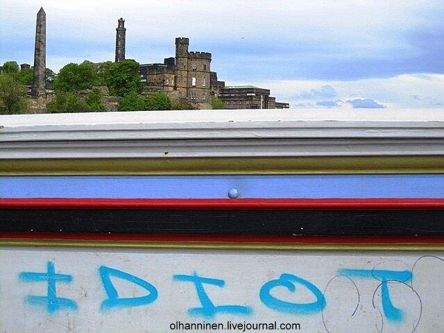 Вид на холм Калтон с Северного моста Эдинбурга и граффити на нем