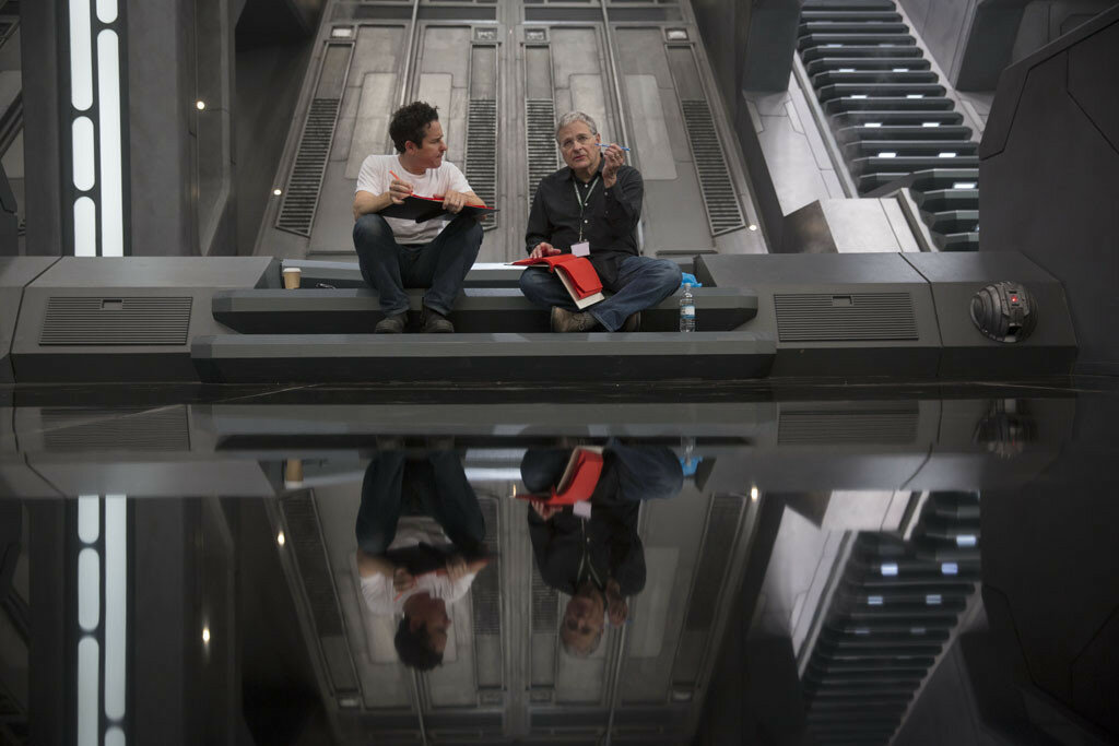 Star Wars: The Force AwakensL to R: Director/Producer/Screenwriter J.J. Abrams and Screenwriter Lawrence Kasdan on set.Ph: David James©Lucasfilm 2015