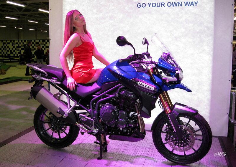 Девушка модель Кристина на мотоцикле TRIUMPH.