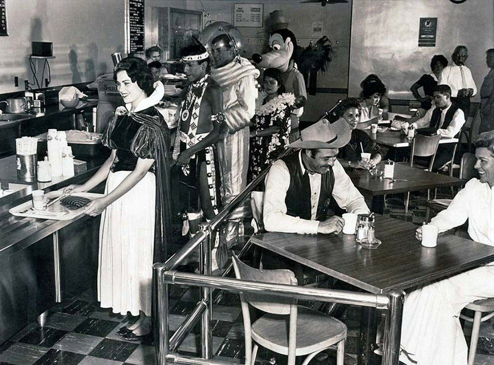 Столовая работников Диснейленда