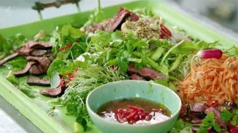 Смешать овощи с лапший и заправкой