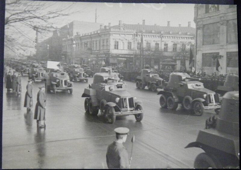Бронеавтомобили БА-10 на военном параде 1 мая 1940 года. Угол Крещатика и Лютеранской улицы (тогда - улицы Фридриха Энгельса).