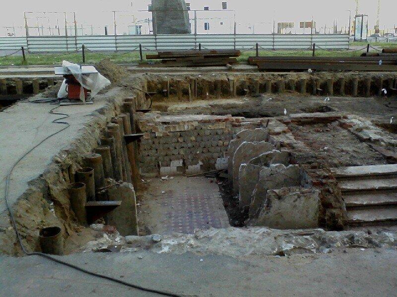 На триумфальной площади археологи откопали ... общественный .