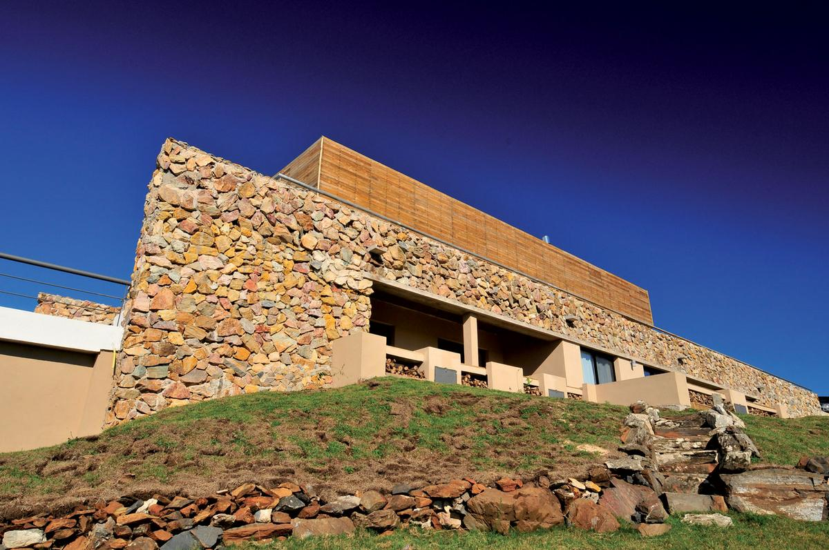 FDS Arquitectos, Cerro Mistico, микро-отель, дизайн отеля, фасад из грубого камня, потрясающий вид из окон, интерьер отеля