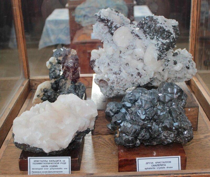 Кристаллы кальцита на полиметаллической руде; друза кристаллов сфалерита