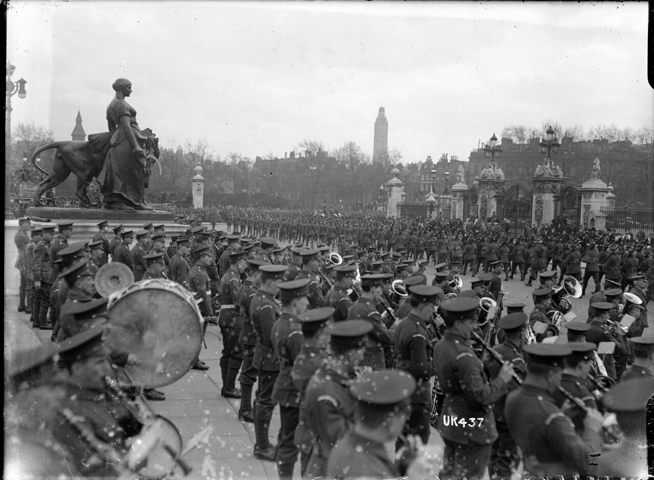 Новозеландские войска проходят торжественным маршем мимо Букингемского дворца