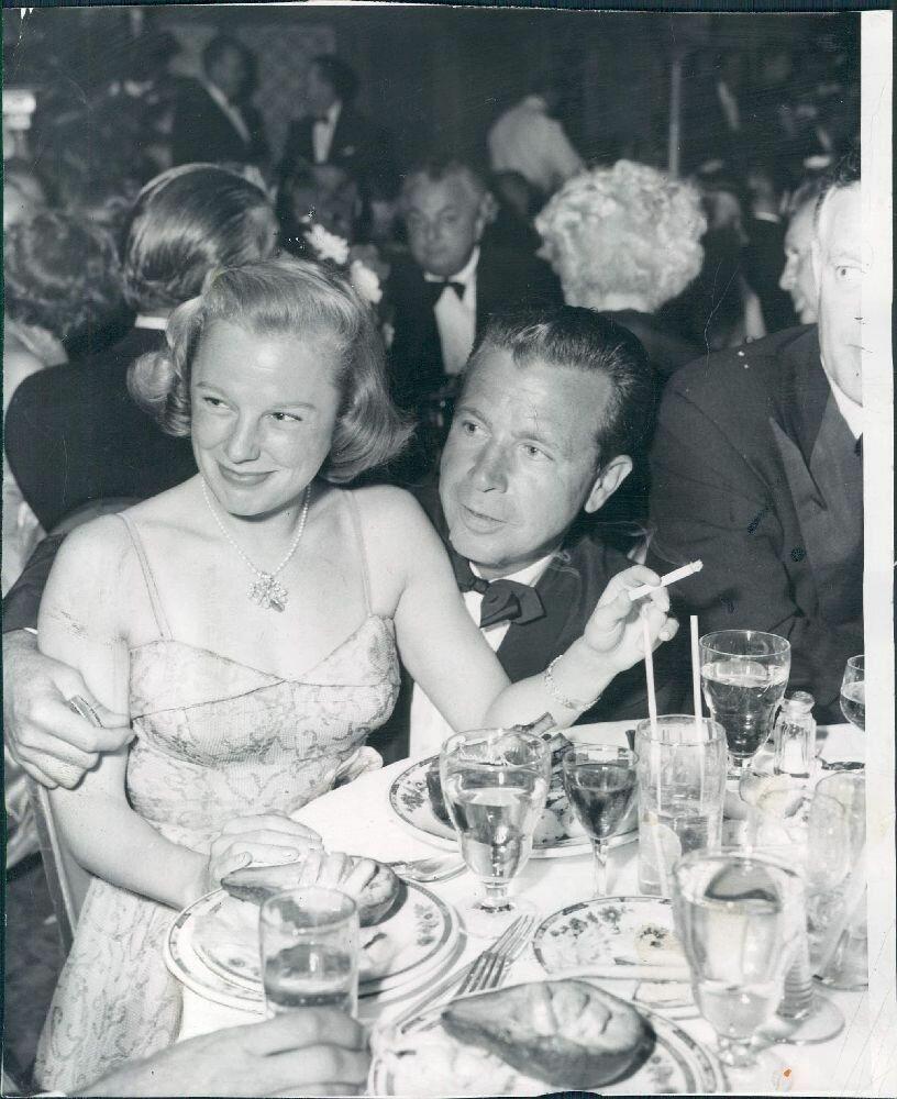 1951. Актриса Джун Эллисон со своим первым мужем Диком Пауэллом в Клубе Мокамбо