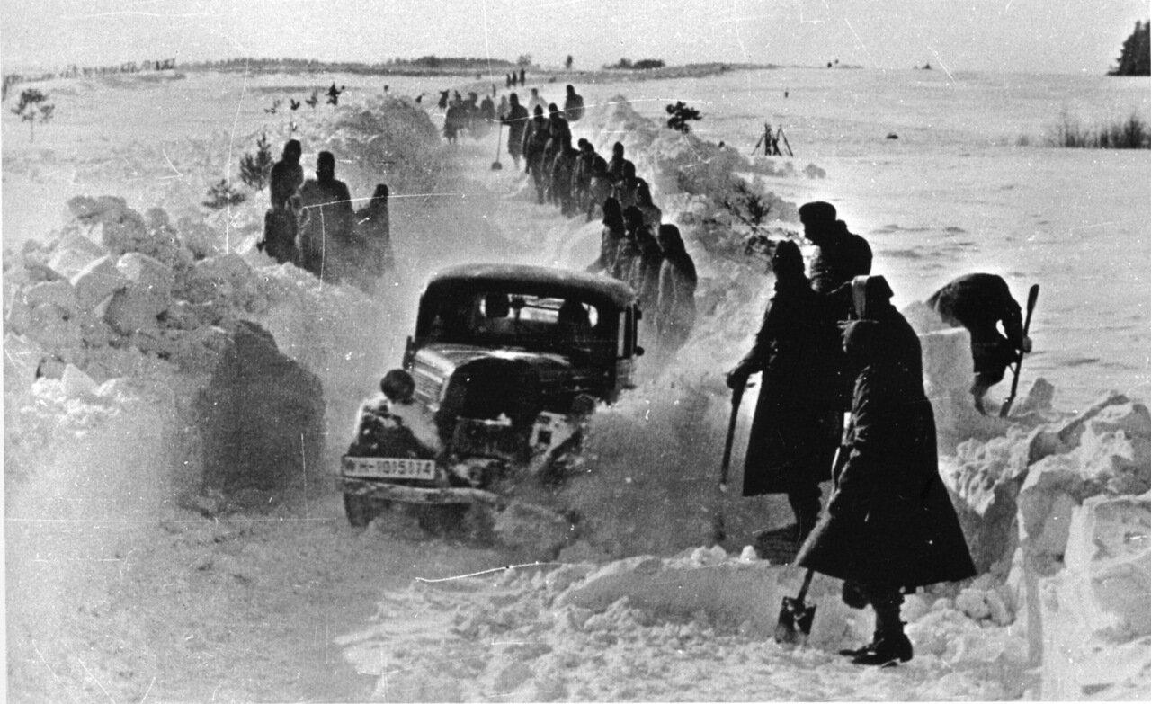 1942. Немецкие солдаты чистят дорогу после снегопада