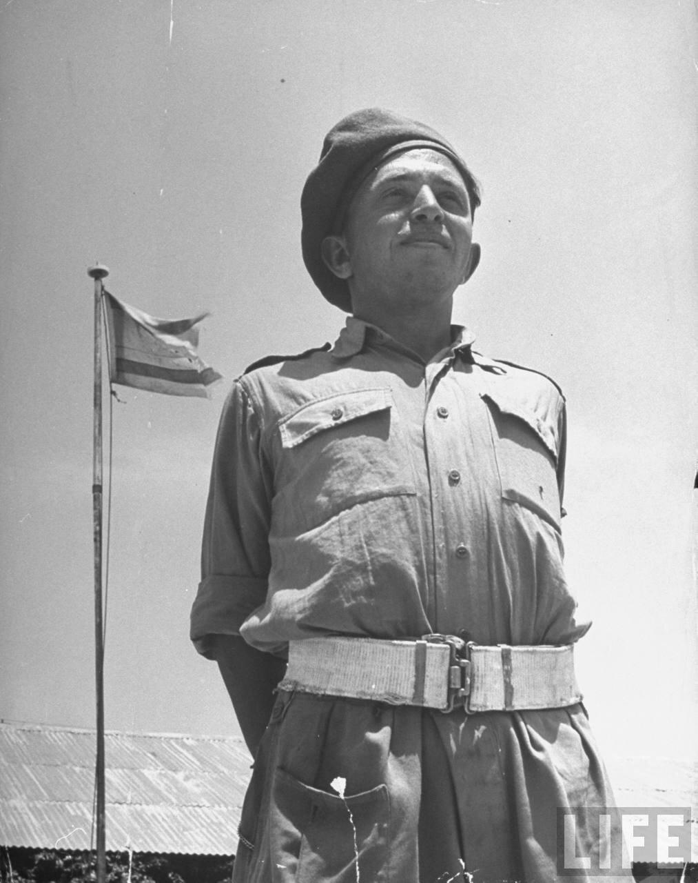 1948. Израильский солдат перед флагом