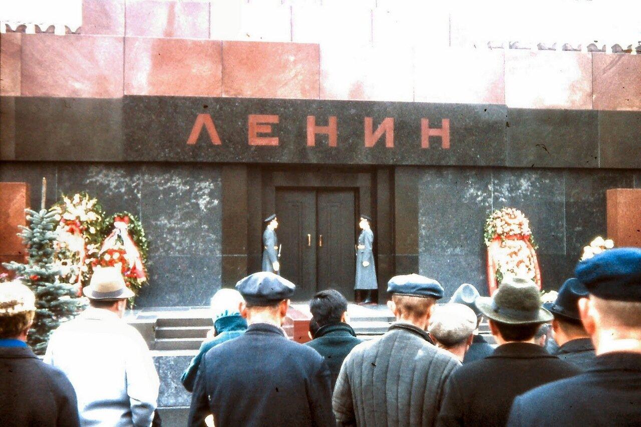 MOSCOU -  Le mausolée de Vladimir Lénine est un monument célèbre de l'architecture soviétique soviétique situé sur la place Rouge de Moscou