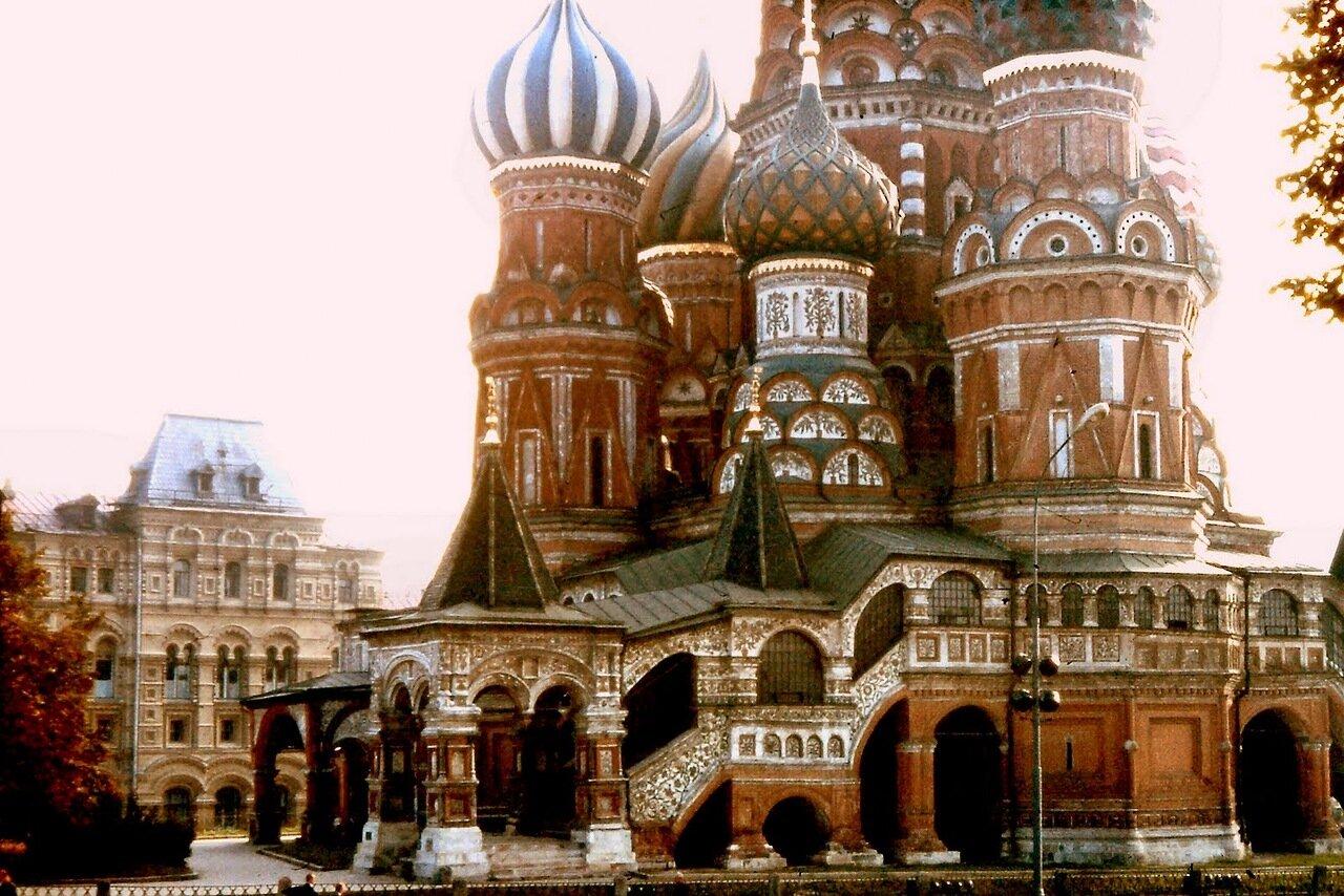 MOSCOU - La cathédrale de l'Intercession-de-la-Vierge, appelée également cathédrale Basile-le-Bienheureux ou Saint-Basile, construite en 1555, se trouve sur la place Rouge à Moscou, et est aujourd'hui le symbole de l'architecture traditionnelle russe.
