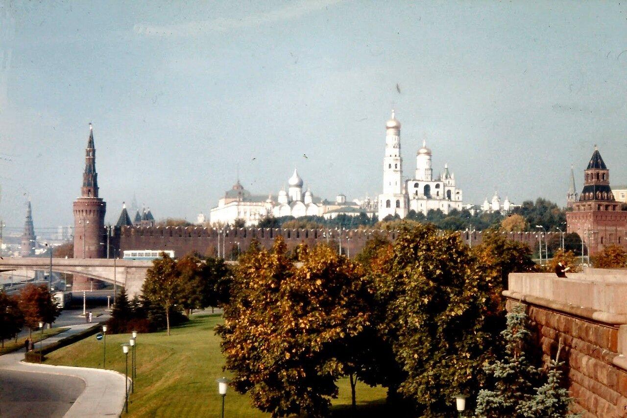 à MOSCOU - Le Kremlin. Cet ensemble prestigieux est le plus célèbre kremlin, mot adapté du russe qui désigne une forteresse urbaine. Il rassemble, dominant la Place Rouge et la Moskova, des palais et des cathédrales.