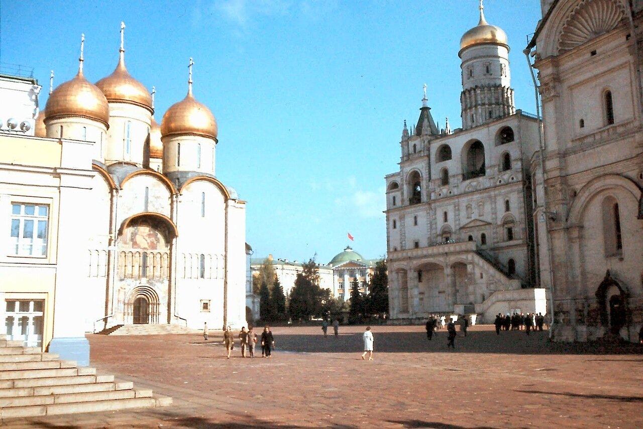 MOSCOU - La cathédrale de la Dormition (à gauche). Le Clocher d'Ivan le Grand ( à droite), est le plus haut des clochers du Kremlin de Moscou.