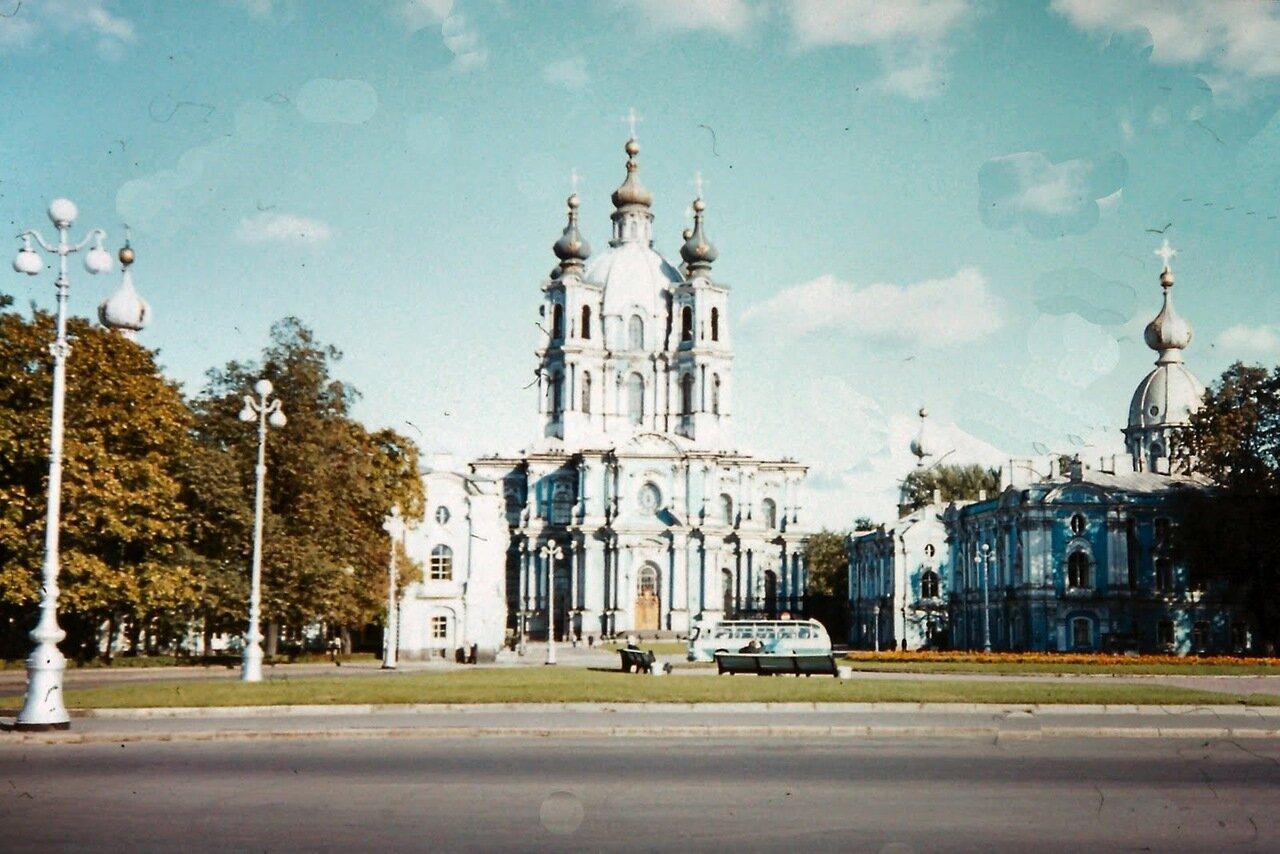 Léningrad - La cathédrale du couvent Smolny, destiné à Élisabeth Petrovna la fille de l'empereur Pierre le Grand après qu'elle fut écartée en 1725 de la succession du trône. Mais après le coup d'État de 1741 destituant Ivan VI de Russie, Élisabeth de Russ