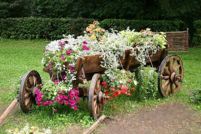 """Ворота  """"под старину """", кирпичные стены и ограды из  """"старого кирпича, изобилие лиан: хмель, дикий виноград и цветущих..."""