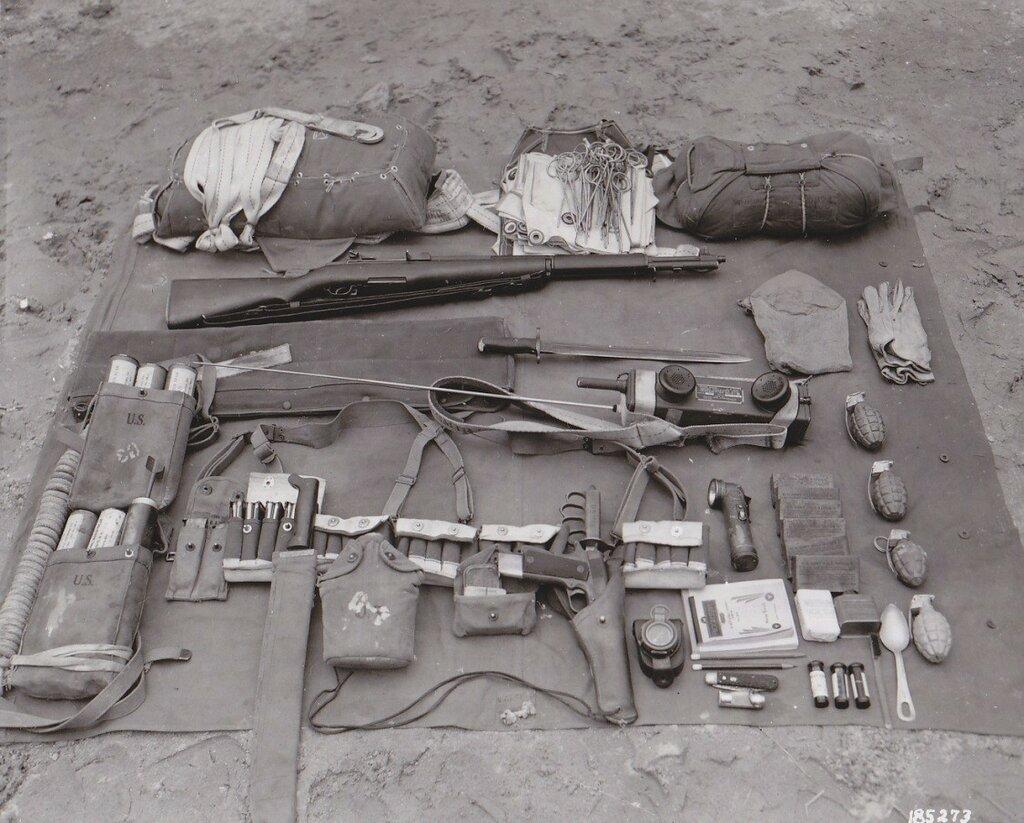 Equipment carried by a parachutist radio operator, ca.1940.jpg