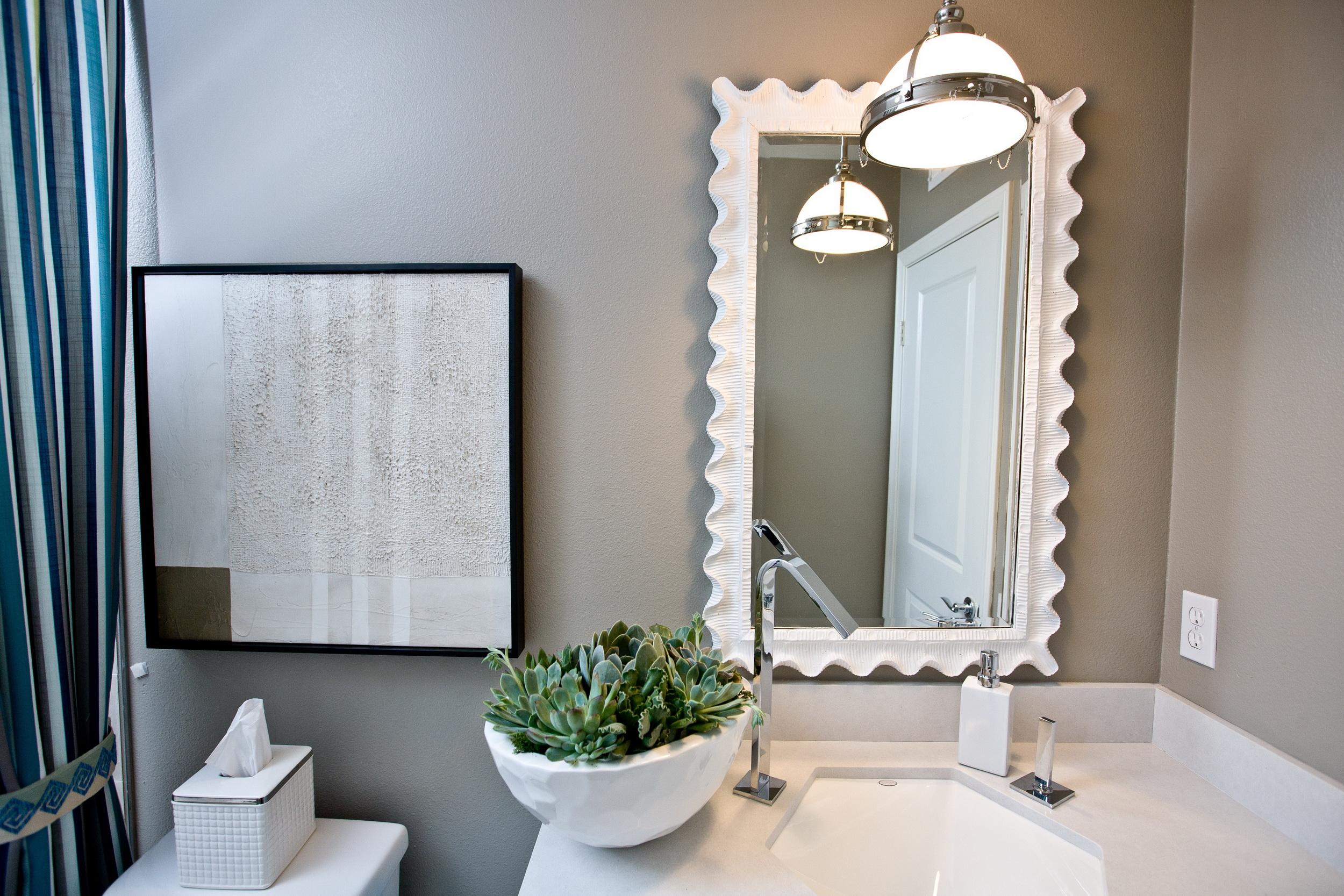 Интерьер ванной комнаты. Белый умывальник, Зеркало в белой раме. Картина в белых тонах. Синяя полосатая штора