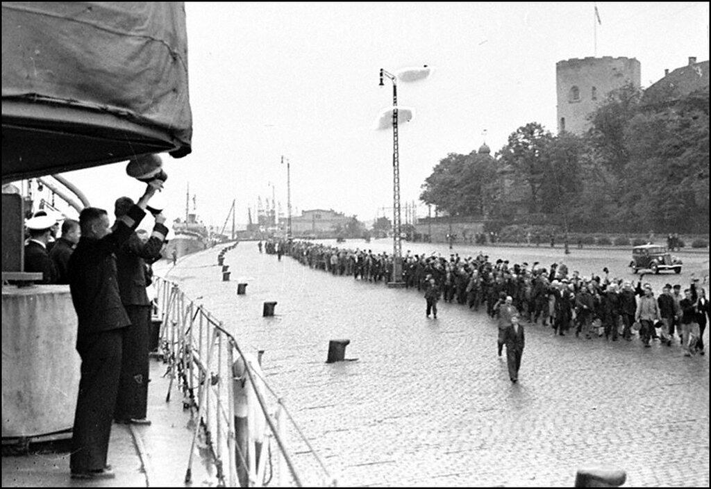 Трудящиеся г.Риги приветствуют советские корабли. 1940 г.