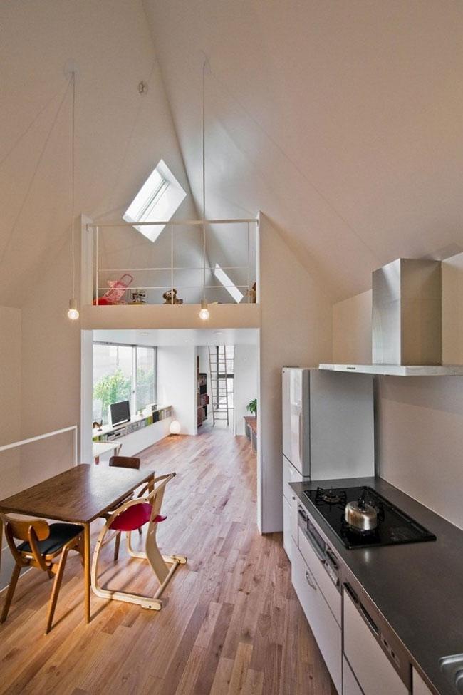 Столовая и кухня находятся на втором этаже. В помещении высокий потолок.