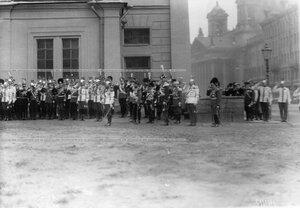 Император Николай II, румынский король Фердинанд, румынский принц Кароль  и генералы на полковом празднике у Конногвардейского манежа.