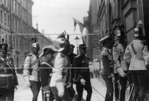 Начальник штаба гвардейского корпуса генерал А.А. Гулевич (слева) и ротмистр барон П.Н. Врангель с группой офицеров полка на полковом празднике у входа в офицерское собрание полка.