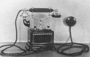 Внешний вид настольного фонического телефонного аппарата с двумя вызывными кнопками.
